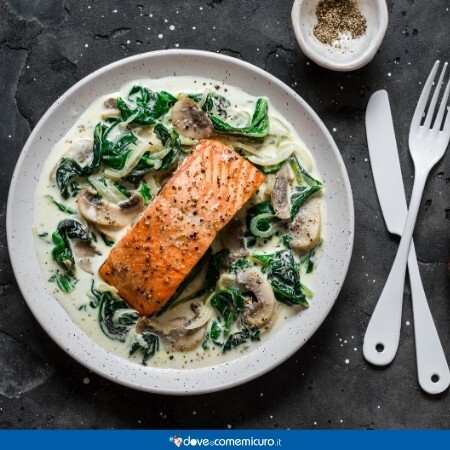 Immagine che ritrae un piatto di salmone e funghi, ideale per l'assunzione di vitamina D in gravidanza