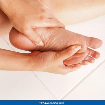 Immagine che ritrae l'esame del piede giornaliero necessario per il diabetico