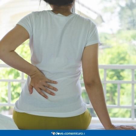 Immagine di una donna che si tocca i reni doloranti