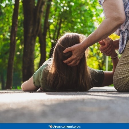 Immagine che mostra una ragazza reduce da una crisi epilettica in un parco