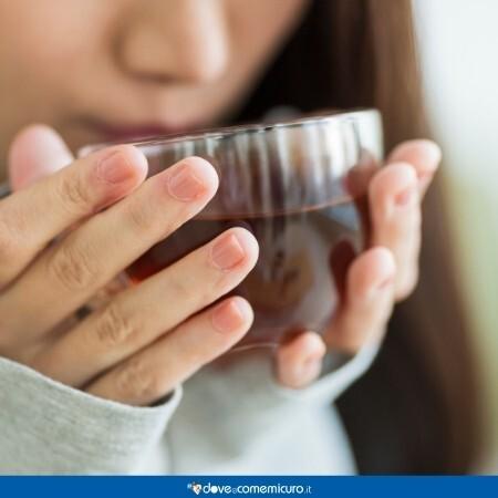 Immagine che ritrae una ragazza mentre beve un infuso di Artiglio del diavolo