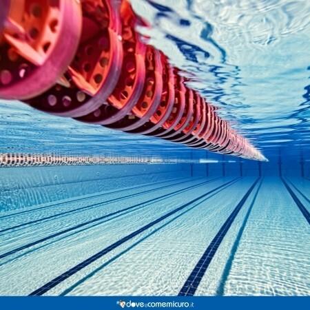 Immagine che mostra una piscina vista dal fondale