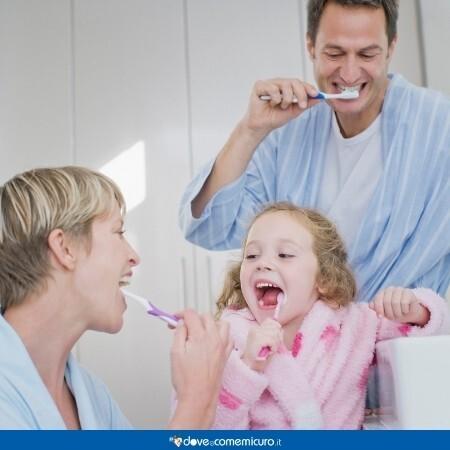 Immagine che rappresenta igiene orale importante per famiglia per prevenire la stomatite