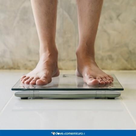 Immagine che rappresenta una persona che si pesa sulla bilancia