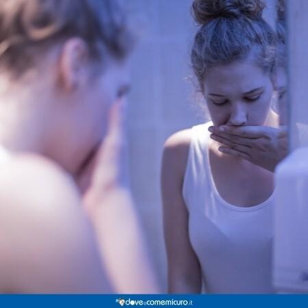 Immagine di una ragazza che ha avuto un conato di vomito