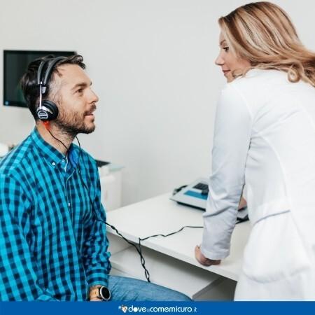Immagine che rappresenta un paziente in visita da un medico per l'orecchio