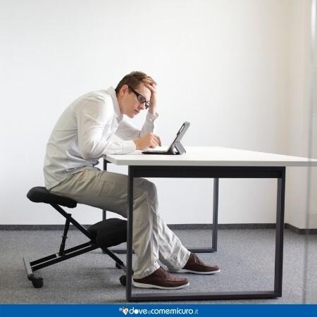 Immagine che rappresenta la postura scorretta come una delle cause dell'acufene