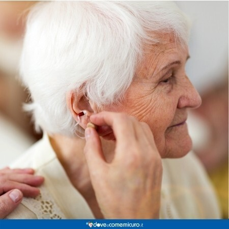 Immagine che rappresenta un apparecchio acustico di una persona anziana