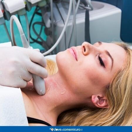 Immagine che rappresenta una paziente ad una visita per la tiroide