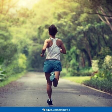 Immagine che rappresenta una donna che sta facendo attività fisica di corsa all'aperto