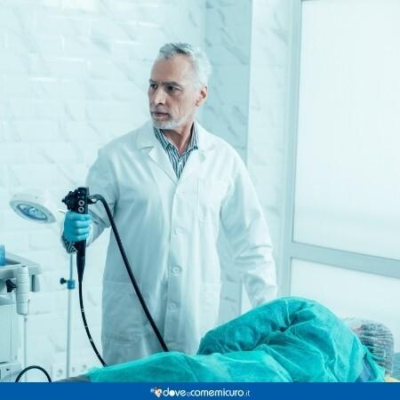 Immagine che rappresenta un medico mentre svolge una colonscopia ad un paziente