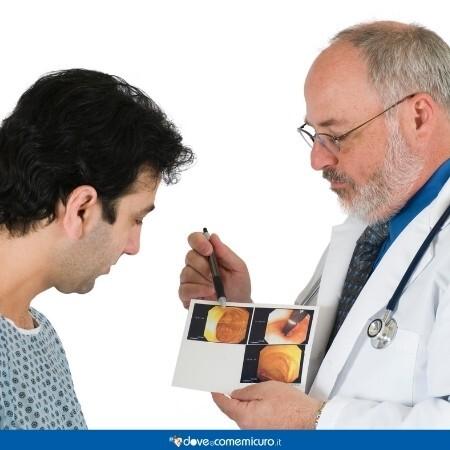 Immagine che rappresenta la spiegazione di una colonscopia al paziente da parte del medico