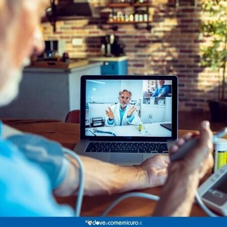 Immagine che mostra un paziente in teleconsulto con lo specialista