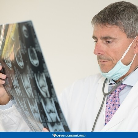 Immagine che mostra un medico che esamina una ecografia