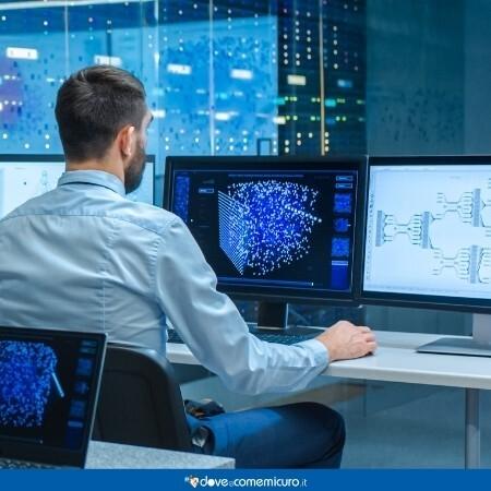 Immagine che mostra un uomo a computer in un ufficio