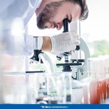 Immagine che rappresenta un ricercatore in laboratorio