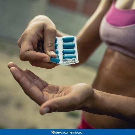 Immagine che rappresenta un'atleta che sta prendendo una pillola per doping