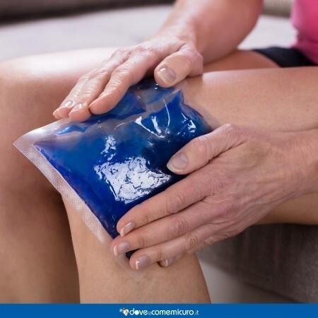 Immagine che rappresenta un impacco col ghiaccio sul ginocchio per disinfiammarlo