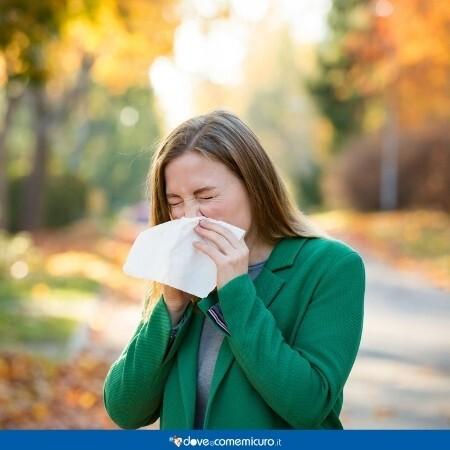 Immagine che rappresenta una donna con la sinusite in un parco in città