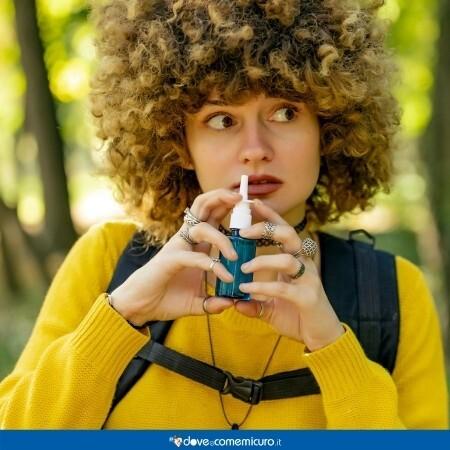 Immagine che rappresenta una ragazza che usa uno spray nasale