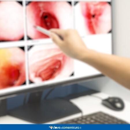Immagine che rappresenta l'esito di alcuni test all'apparato digerente, una mano indica le fotografie