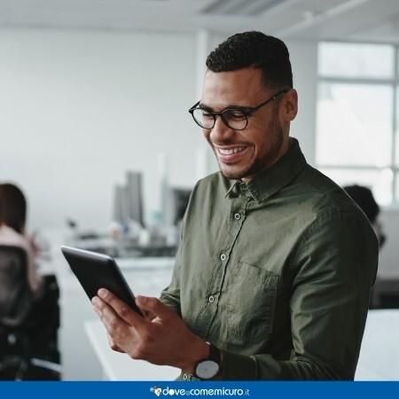 Immagine di un impiegato che utilizza lo smartphone in ufficio