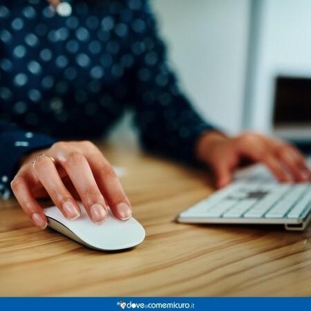 Immagine che rappresenta una impiegata che sta utilizzando mouse e tastiera del pc