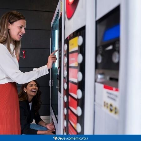 Immagine che rappresenta una ragazza che sta selezionando qualcosa al distributore automatico