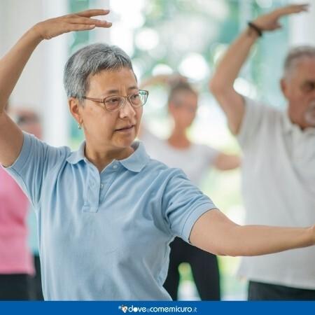 Immagine che rappresena un gruppo di anziani a fare tai chi