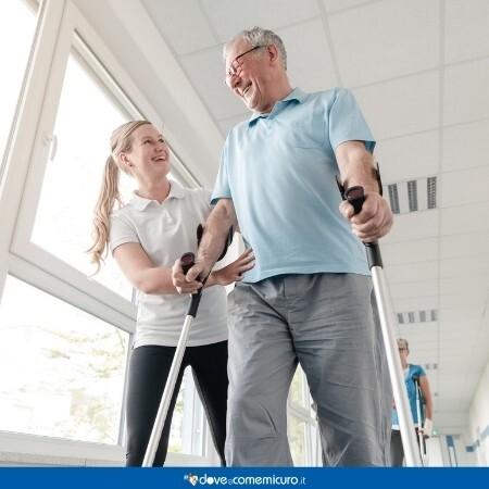 Immagine che rappresenta un uomo che sta facendo riabilitazione con una fisioterapista