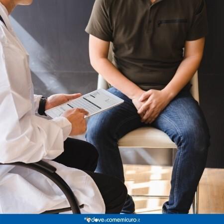 Immagine che rappresenta un paziente e un dottore seduti per una visita