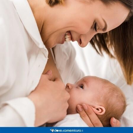 Immagine che rappresenta una donna che sta allattando al seno il figlio o la figlia