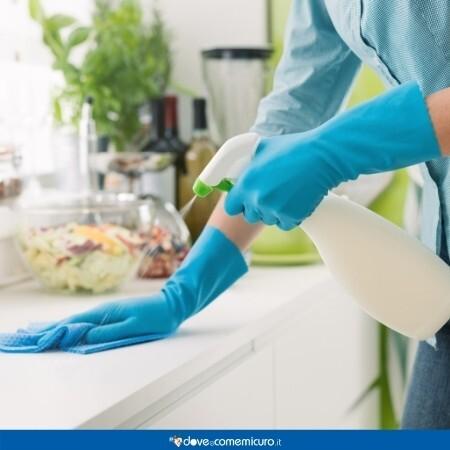 Immagine che rappresenta una persona che sta pulendo una superficie