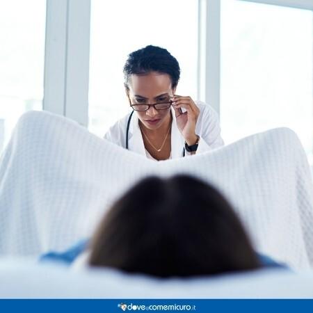 Immagine che rappresenta una ginecologa che sta facendo una visita ad una paziente sdraiata sul lettino
