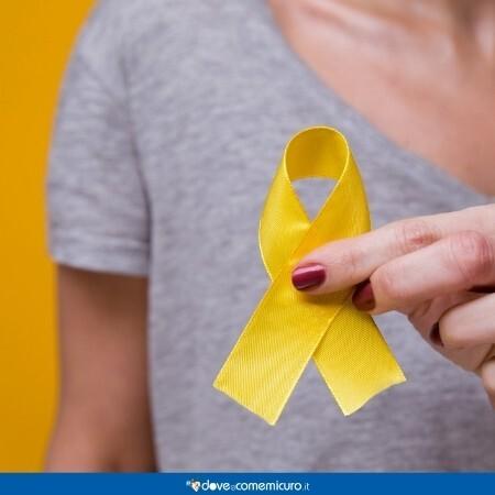Immagine che rappresenta una donna che regge un nastro giallo d'oro