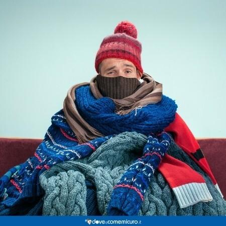 Immagine di un uomo raffreddato con tanti abiti caldi