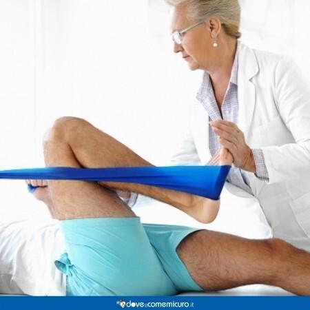 Immagine che rappresenta un uomo sdraiato sul lettino con la fisioterapista