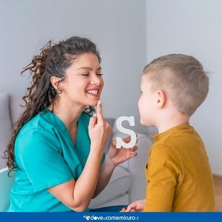 Immagine che rappresenta una logopedista facendo terapia con un bambino