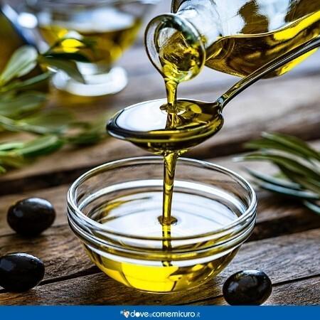 Immagine che rappresenta dell'olio extravergine di oliva versato in una ciotola di vetro