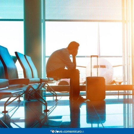 Immagine che rappresenta un uomo all'aeroporto in attesa di partire