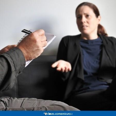 Immagine che rappresenta una donna dallo psicologo per parlare della sua psoriasi