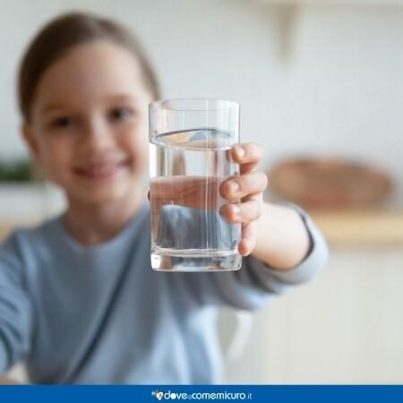 Immagine infografica che rappresenta una bambina con un bicchiere in mano
