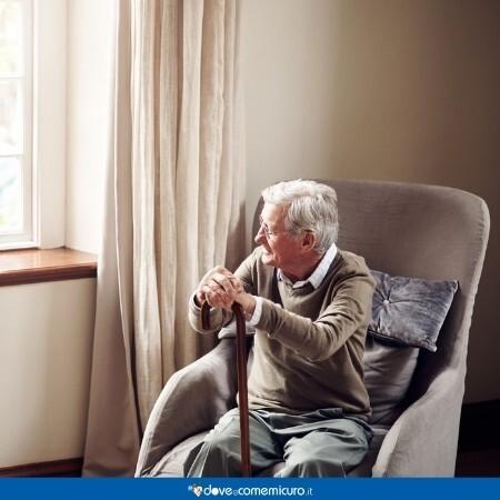 Immagine che rappresenta un anziano seduto che guarda fuori dalla finestra