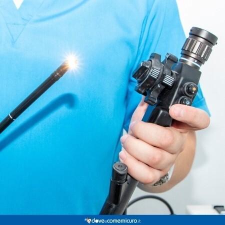 Immagine che rappresenta un medico che deve fare la colonscopia