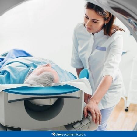 Immagine che rappresenta un uomo che guarda l'infermiera prima di eseguire la TAC