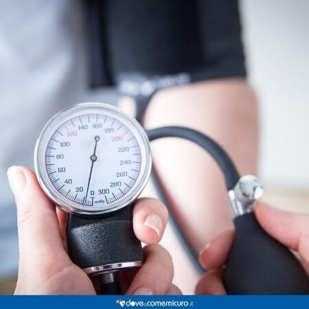 Immagine che rappresenta una persona che si sta misurando la pressione