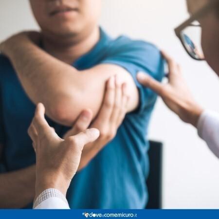 Immagine che rappresenta un medico che osserva il braccio del paziente