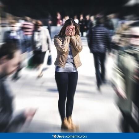 Immagine che rappresenta una ragazza con attacchi di panico in una piazza