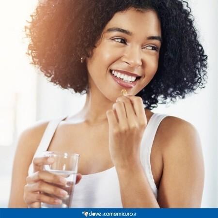 Immagine che rappresenta una donna con una bella pelle che prende omega 3