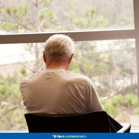 Immagine che rappresenta un anziano in ospedale davanti alla fienstra